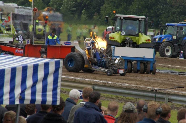 "Brand in mo....Emmeloord - Tractorpulling in Emmeloord.<br /> <br /> Als deze gas gaf, deden zijn uitlaten dit. <img  src=""/images/smileys/smile.png"