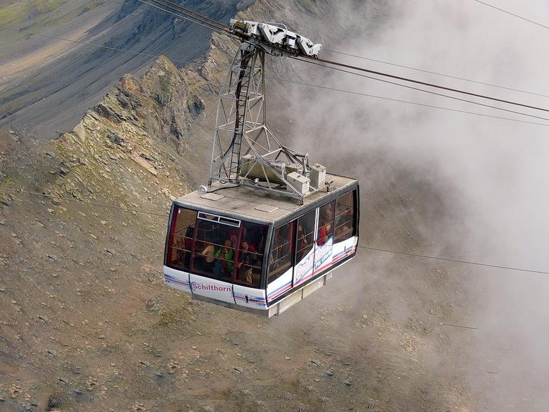 Liftcabine Schilthorn Zwitserland. - De liftcabine heeft een maximumdraagkracht van 100 personen, maar voor de veiligheid worden circa 80 personen teg