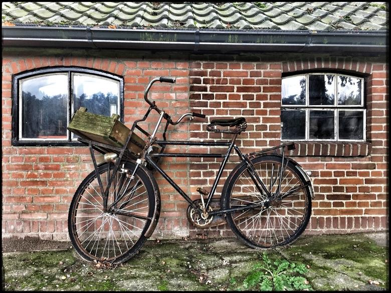 Is het huis nou zo klein, of is de fiets zo groot - Daar stond die dan.<br /> ... <br /> allen dank voor de mooie reacties. Ik waardeer dit zeer.<br