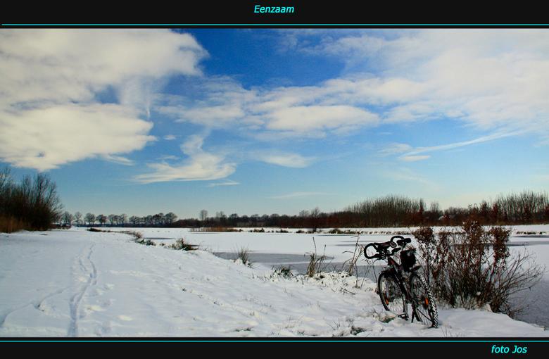 Eenzaam - De eenzame fietser in het sneeuwlandschap van Wijchen. Ieder bedankt voor de reactie op mijn vorige upload en een fijn sneeuw (foto) weekend