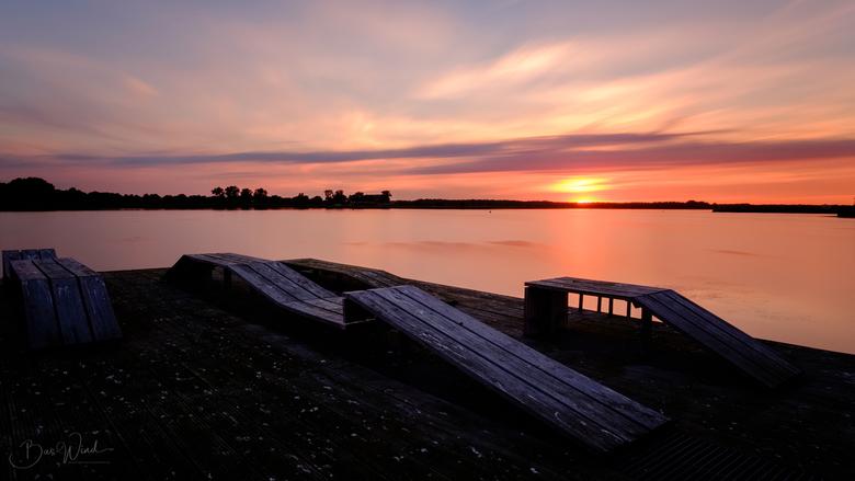 Zonsondergang met lange sluitertijd - Met een lange sluitertijd van 180s genomen aan het Oldambtmeer nabij Winschoten (Groningen). Er steekt daar een