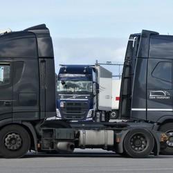 P1040515   Iveco 450  en 2 Volvo FH    18 okt 2018