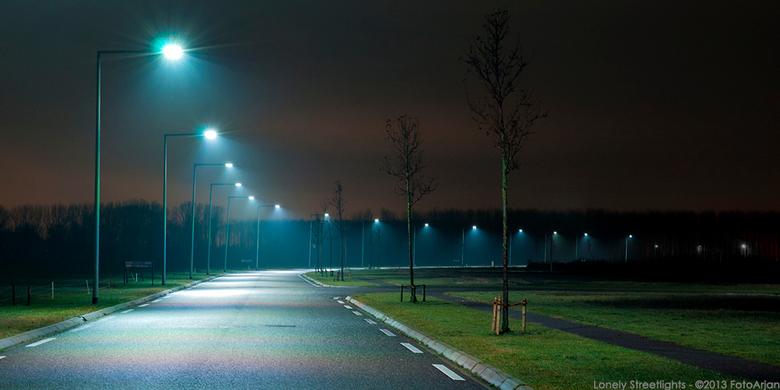 Lonely Streetlights - Eenzame straatlantaarns op een locatie voor nieuwe bedrijfspanden. Hier loopt niemand, fietst niemand en er staan nog niet veel