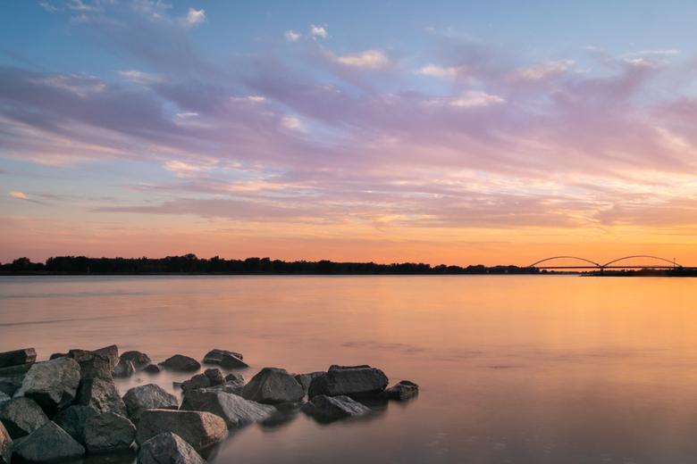 Soft sunset - Een zonsondergang met wolkjes zijn toch wat dynamischer. Dus toen gisteren voorzichtig wat engelenhaarwolken aan de lucht kwamen, moest