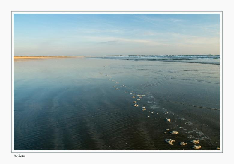 ZZZ - Zon, Zee,Zand,<br /> en meer heb je soms niet nodig om heerlijk te genieten!<br /> Hier liep ik richting branding voor de zonsondergang toen i