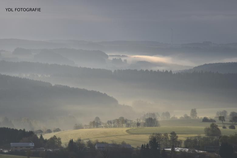 Mistige pracht in de heuvels van het zwarte woud -