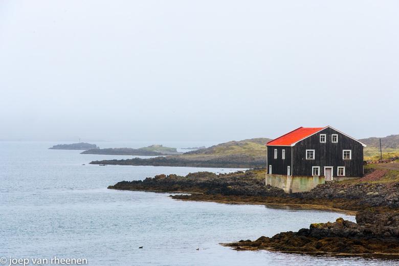uitzicht op zee, ijsland, joep van rheenen - Een heel huis met uitzicht.