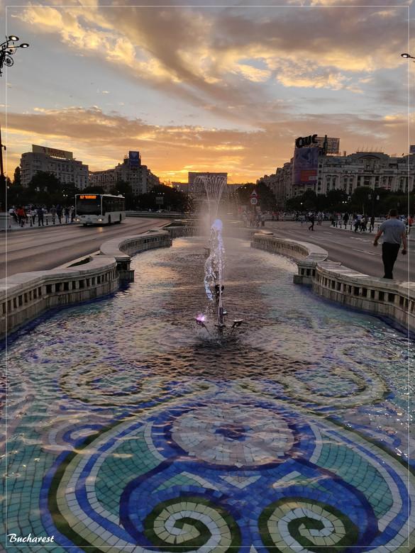 Bucharest - Een van de avonden in Boekarest. Met Palace of parliament op de achtergrond. <br /> Mooie stad om te bezoeken.