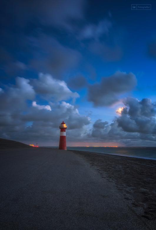 The Lighthouse - Na wat pal aan zee te hebben gefotografeerd viel mijn oog bij het wegrijden op de mooi oplichtende wolken achter het kleine vuurtoren
