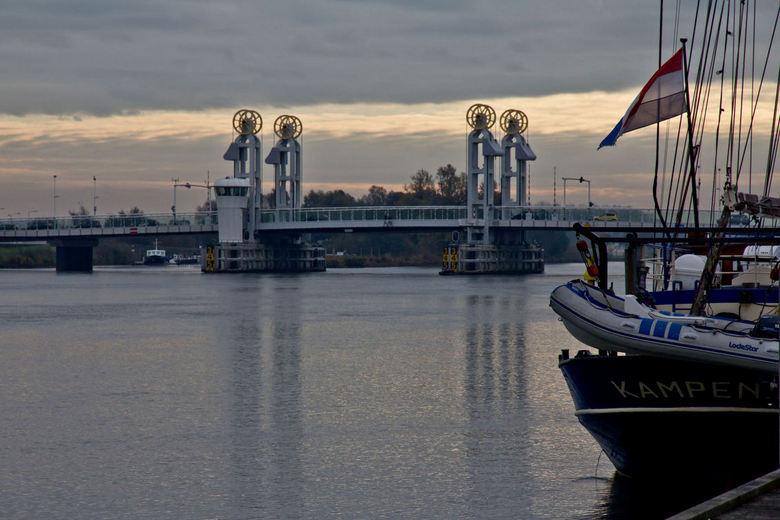 Stadsbrug Kampen - Ik heb in deze foto getracht in één beeld de locatie te zien aan de kijker,<br /> Op het achtersteven van de boot de naam Kampen,