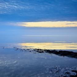 Zonsondergang langs de zeedijk
