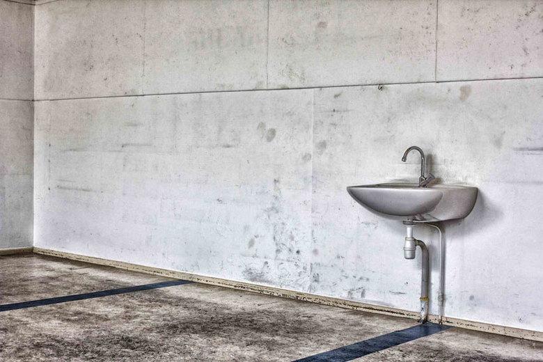Wastafel - Wastafel in een verlaten school
