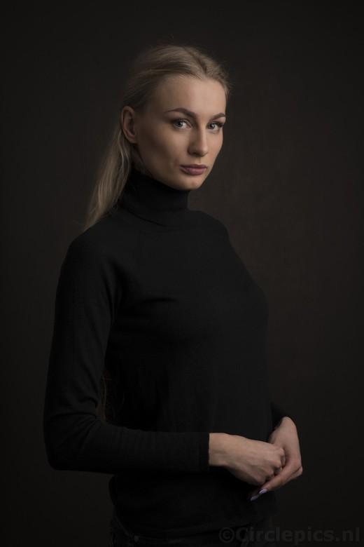 Statieportret - Nog een studioportret met Megan, een model waar ik veel van mijn favoriete platen mee heb gemaakt. Lichtbron is een Godox flitser in e
