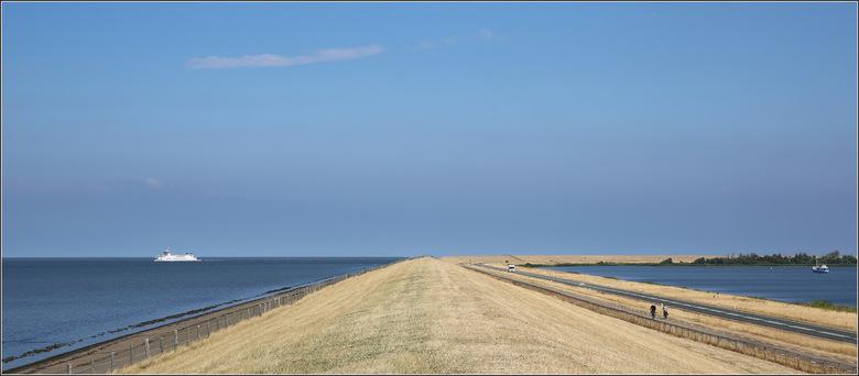 Kustweg - De kustweg van Friesland naar Groningen. Wat was het droog deze zomer en wat gaf dit het landschap een andere aanblik. Door de bocht heen ko