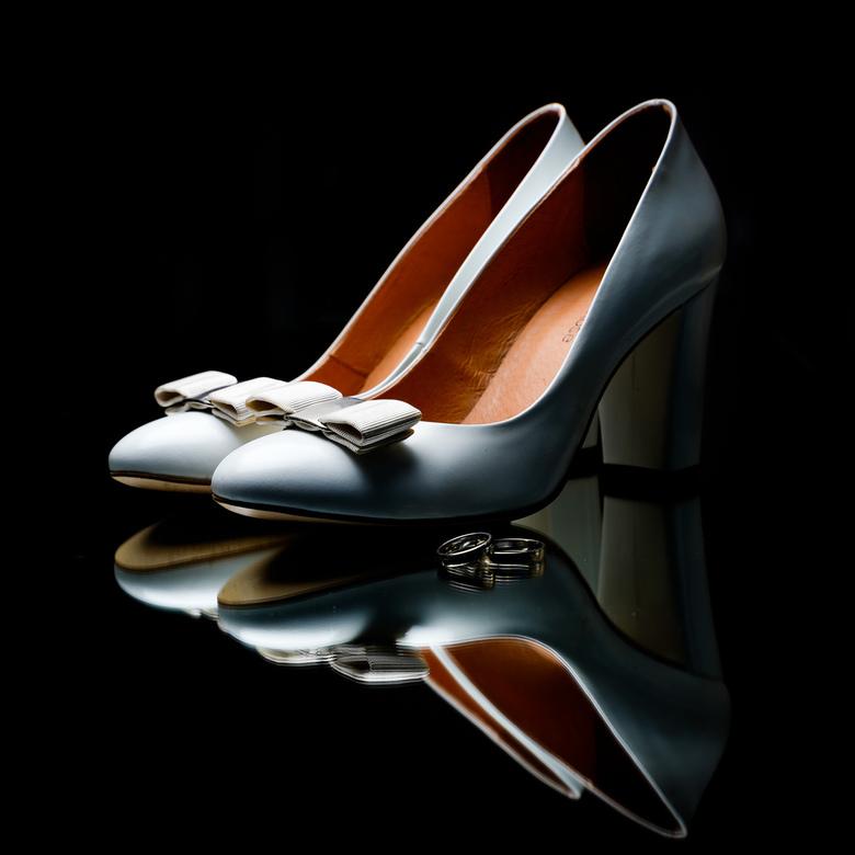 Weddingheels - Dit zijn de schoenen/hakken van mijn vrouw die ze aan had tijdens onze bruiloft. Ernaast nog onze trouwringen. Alles is op een grote sp