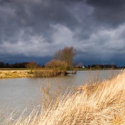De IJssel met een onweersbui op komst