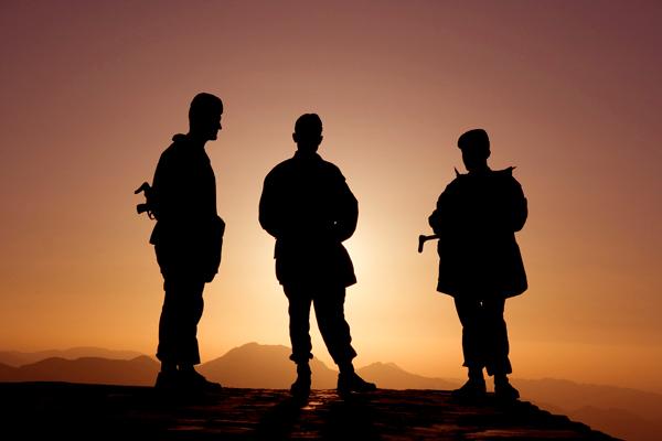 Wapens... een teken van sterkte en macht? - Soldaten op de berg Nemrut in zuid-oost Turkije