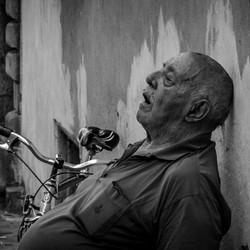 Siesta op straat in Lucca (IT)