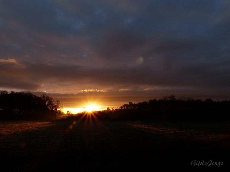Sunrise - Hoi hoi Zoomers,<br /> <br /> Vanochtend genoten van deze prachtige zonsopkomst in het Aamsveen.<br /> De zon zat precies achter een boom