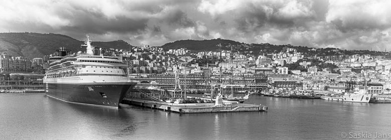 """Just cruising - Gemaakt tijdens aankomst in Genua Haven, wel toepasselijk bij het nieuws van vandaag <img  src=""""/images/smileys/wilt.png""""/> :<br /> <"""
