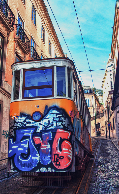 Colorfull Transport - Een HDR foto van een van de vele trams in Lissabon.