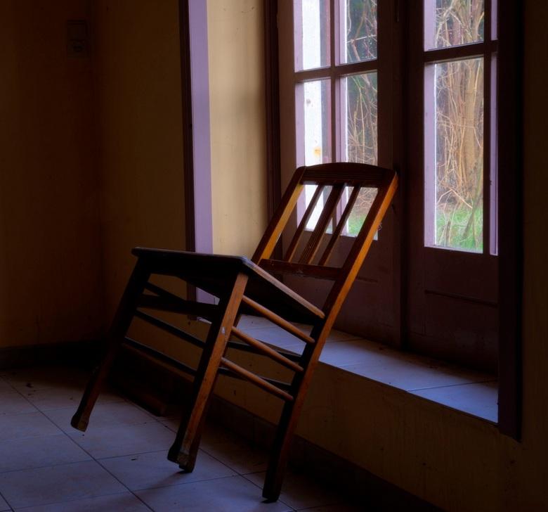 Een stoel op 2 poten - Poging tot HDR gemaakt in een oud clubhuis in Doel. Ben beniewd wat jullie er van vinden