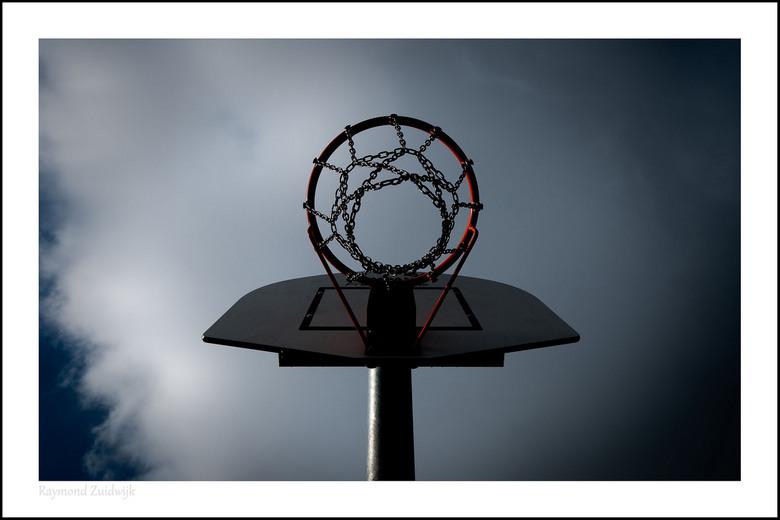 Basket - Vlak voor een grote hagelbui deze foto bij mij in de straat gemaakt..<br />