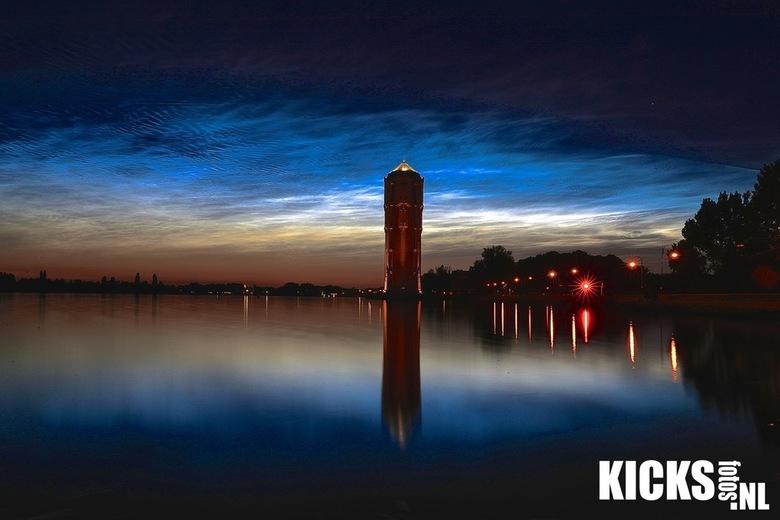 Lichtende nachtwolk boven de watertoren Aalsmeer  -