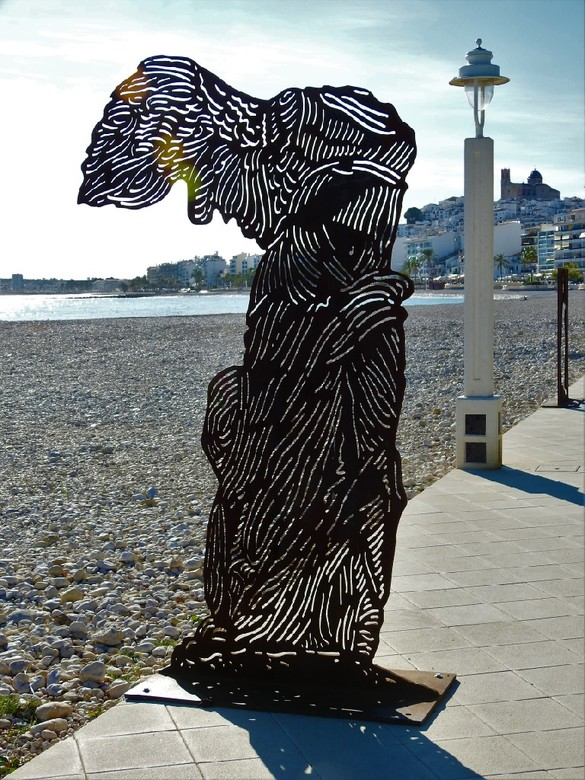Kunst - Er zijn al drie beelden vernield aan het strand.<br /> Helemaal krom gebogen.