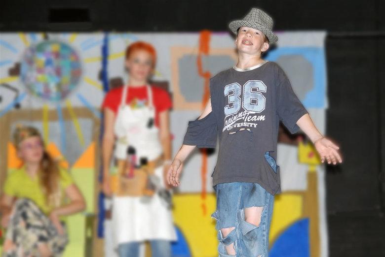 Maurice op zijn best - Onze Maurice tijdens de musical van groep 8. De originele foto was niet erg scherp. Slechte lichtomstandigheden, geen externe f