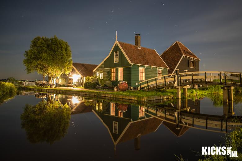 in the middle of the night - de Zaanse Schans misschien welnee van de bekendste dorpen van Nederland als de toeristen weg zijn en de zon gaat onder ve