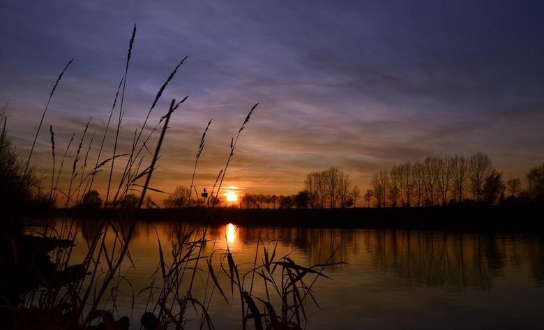 Avond over de Maas - De avond zon daalt langzaam neer over de Maas bij Tegelen, op deze mooie en rustige novemberdag.