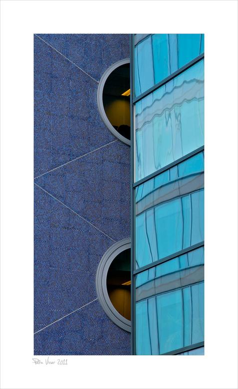 Rijswijk 5 - Dit opvallende gebouw van Rijkswaterstaat is best lastig om vast te leggen. Des temeer een uitdaging. Ik was er op een doordeweekse dag e