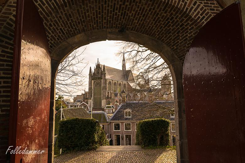 Doorkijkje in Leiden - Een doorkijkje op de Hooglandse Kerk, vanaf de Burcht in Leiden. Doordat ik geen filters of niks bij me had, werd ik eigenlijk