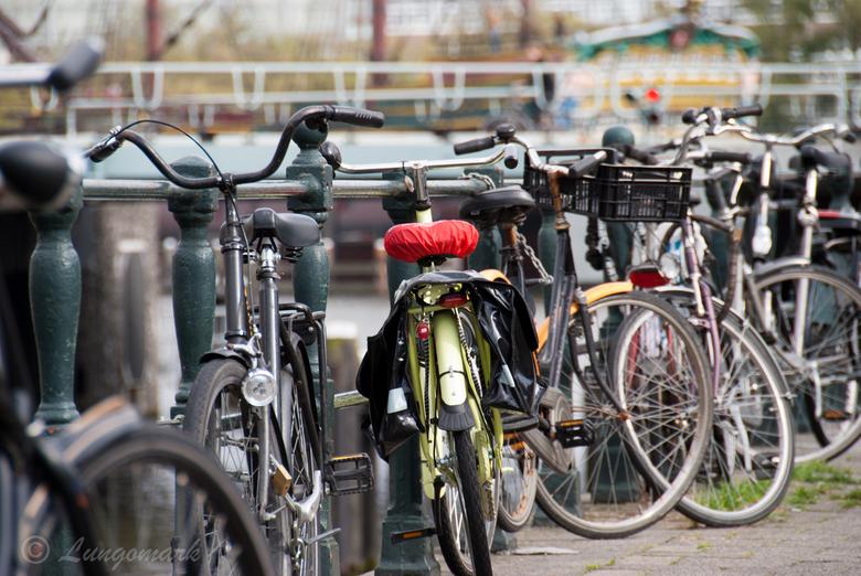 Kleurige fiets - Overal in Amsterdam staan te pas en te onpas fietsen geparkeerd. Je kunt bijna geen brug vinden waar ze niet aan vast staan.<br /> D