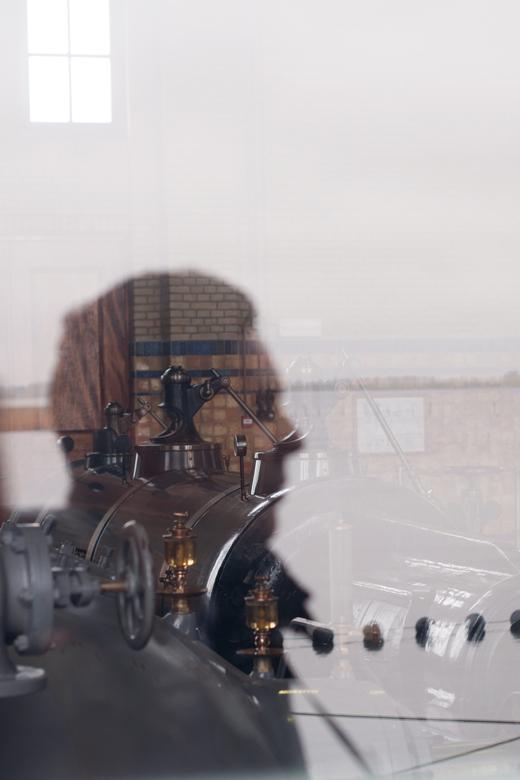 Man in the mirror - Tijdens een uitstapje een foto gemaakt van de spiegeling in een raam van een andere bezoeker. Door zijn spiegeling krijg je een go