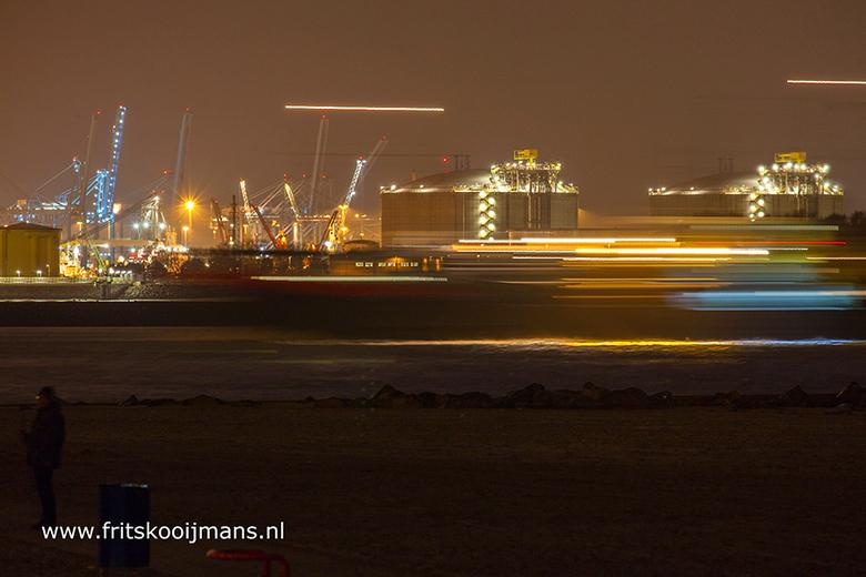 Boot vaart langs op Tweede Maasvlakte bij nacht
