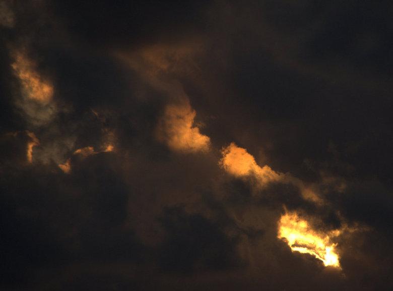 DSC06664.jpg - Nog maar 1 tje van een dreigende wolkendek met een gat er in.<br /> <br /> Groetjes Dick
