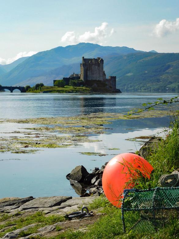 Eilean Donan Castle - Eilean Donan Castle, Schotland. Ik vond de rode boei vooraan een mooi accessoire om wat diepte te scheppen in het beeld.