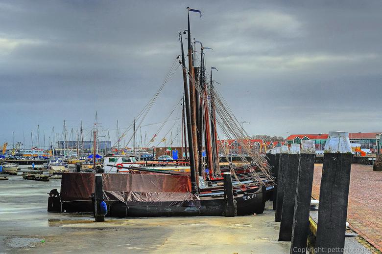 zeilbootjes in de haven van Urk - zeilbootjes vast in ijs wachten op betere tijden