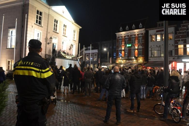 JE SUIS CHARLIE - ROOSENDAAL – Burgemeester Jacques Niederer van de gemeente Roosendaal betuigt donderdagavond zijn steun aan de slachtoffers die viel