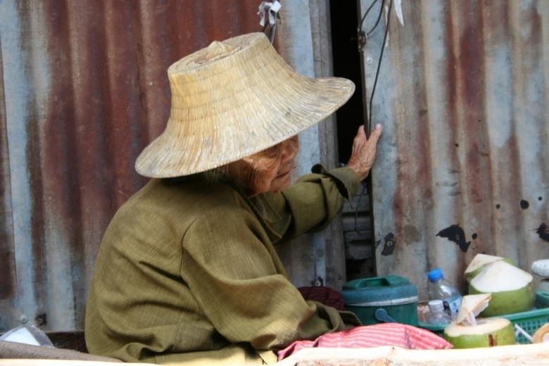 het leven moe - Deze oude vrouw trof ik in Thailand , net na dat ik hoorde dat op deze plek ruim 20.000 mensen verdronken waren tijdens de Tsunami,<br