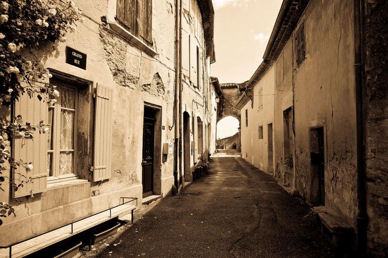 Grand Rue - Een van de mooiste straatjes van Grillon in Frankrijk.