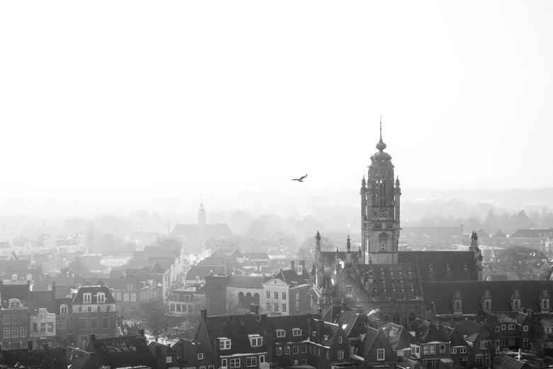 Stadsgezicht - Middelburg - Bijna middeleeuws beeld van de Zeeuwse stad Middelburg.<br /> <br /> Na weer een koude nacht warmt de stad zich op.<br /