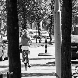 een strakke blonde meid op een racefiets