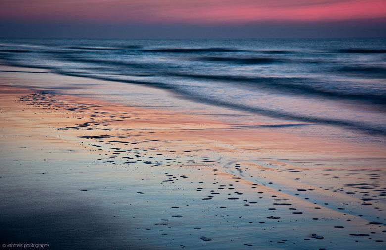 Katwijk 26-01-E - Uit de serie Katwijk 26-1. Door de lange sluitertijd krijgen de golven iets vaags. De zee leek wel fluoriserend...