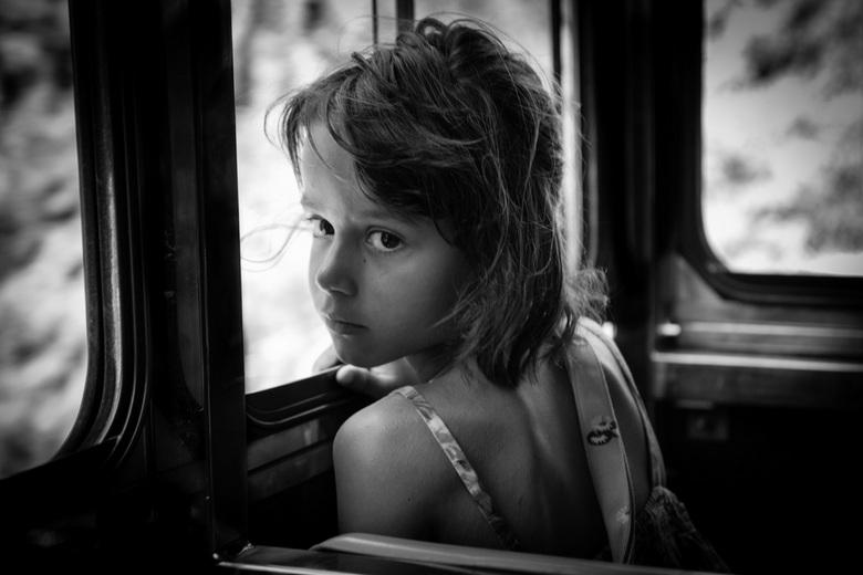 Onder de indruk. - Dit meisje zat in Spanje voor mij in een treintje. Ik vond haar zo'n mooie blik in haar ogen hebben! Ze was alleen erg verlege
