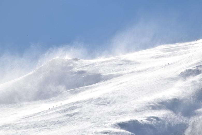 Winderige wandeling - Deze foto is gemaakt na de afdaling van de Bishorn (4153m) op defoto is te zien hoe twee touwgroepen zich een weg naar beneden b