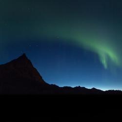 Noorderlicht net voor zonsopkomst op de Lofoten