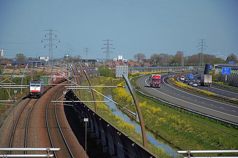 """Transport - Links de veelbesproken """"Betuwe-lijn"""" en rechts de A15 Rotterdam - Arnhen.Nijmegen."""